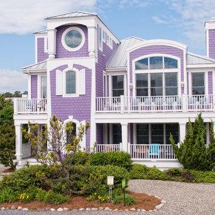 他の地域のビーチスタイルのおしゃれな二階建ての家 (木材サイディング、紫の外壁) の写真