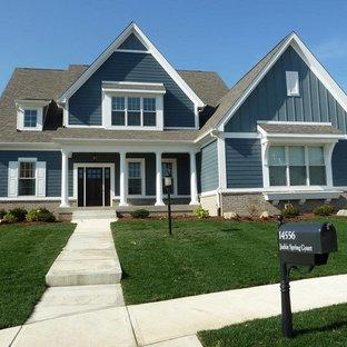 Aménagement d'une grand façade de maison bleue craftsman à un étage avec un revêtement mixte, un toit à deux pans et un toit en shingle.