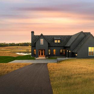 Идея дизайна: большой, деревянный, черный частный загородный дом в стиле кантри с двускатной крышей, крышей из гибкой черепицы и черной крышей