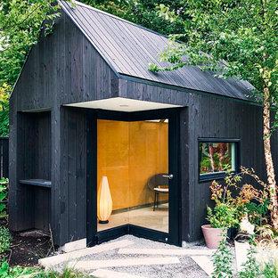 Diseño de fachada de piso negra, moderna, pequeña, de una planta, con revestimiento de madera y techo verde
