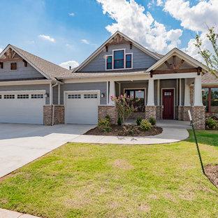 Ejemplo de fachada de casa azul, de estilo americano, de tamaño medio, de dos plantas, con tejado a dos aguas y revestimientos combinados