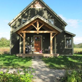 Modelo de fachada de casa verde, de estilo de casa de campo, pequeña, de dos plantas, con revestimiento de madera y tejado a dos aguas