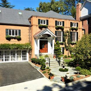 Источник вдохновения для домашнего уюта: большой, трехэтажный, кирпичный, оранжевый частный загородный дом в классическом стиле с двускатной крышей и крышей из смешанных материалов
