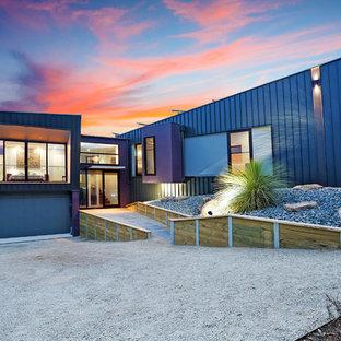 Mittelgroßes, Zweistöckiges, Lilanes Modernes Haus mit Metallfassade und Flachdach in Melbourne