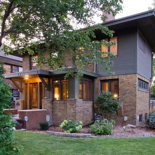 Diseño de fachada clásica, pequeña, de dos plantas, con revestimiento de ladrillo