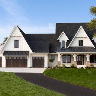 Diseño de fachada de casa blanca, tradicional, de dos plantas, con tejado a dos aguas y tejado de varios materiales