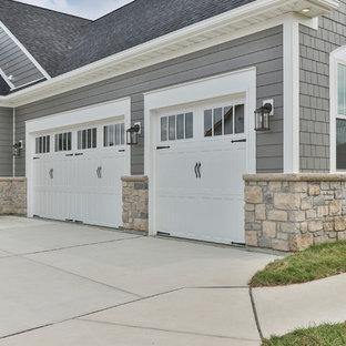 Mittelgroßes, Einstöckiges, Graues Klassisches Einfamilienhaus mit Vinylfassade, Satteldach und Schindeldach in St. Louis