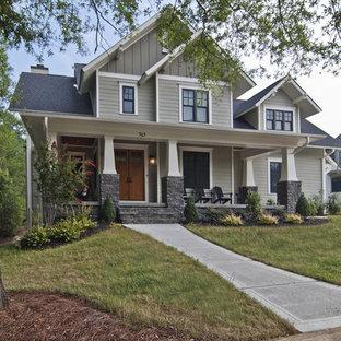 Foto della facciata di una casa unifamiliare beige american style a due piani di medie dimensioni con rivestimento con lastre in cemento, tetto a capanna e copertura a scandole