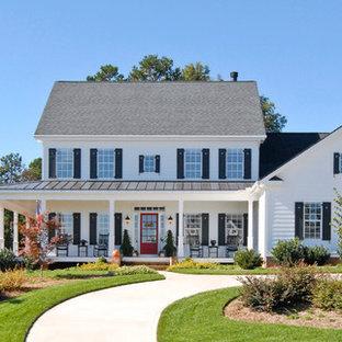 Свежая идея для дизайна: двухэтажный, белый дом в стиле кантри с крышей из смешанных материалов - отличное фото интерьера