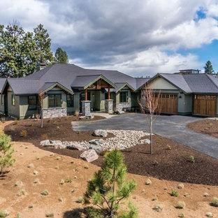 Imagen de fachada de casa verde, de estilo de casa de campo, de tamaño medio, de una planta, con revestimientos combinados, tejado a cuatro aguas y tejado de teja de madera