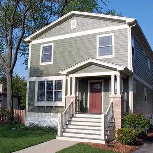 Diseño de fachada de casa verde, campestre, de tamaño medio, de dos plantas, con revestimiento de aglomerado de cemento, tejado a dos aguas y tejado de teja de madera