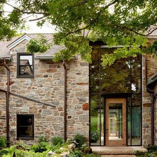 Großes, Zweistöckiges, Beigefarbenes Country Haus mit Steinfassade und Satteldach in Sydney
