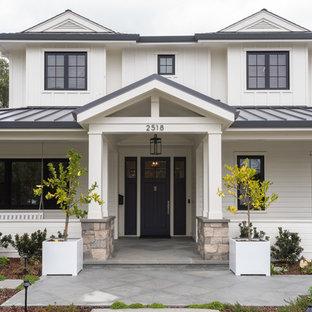 Diseño de fachada de casa blanca, de estilo de casa de campo, de dos plantas, con tejado a cuatro aguas y tejado de metal