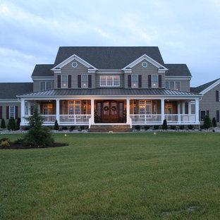 Idee per la facciata di una casa grande marrone classica a due piani con rivestimento in legno e tetto a padiglione