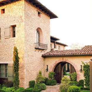 ロサンゼルスの地中海スタイルのおしゃれな三階建ての家 (石材サイディング) の写真