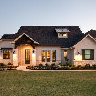 Idee per la facciata di una casa unifamiliare grande beige american style a un piano con rivestimenti misti, falda a timpano e copertura a scandole