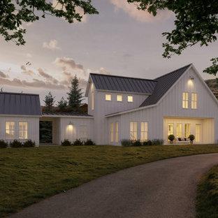 Foto de fachada blanca, de estilo de casa de campo, de tamaño medio, de dos plantas, con revestimiento de madera y tejado a dos aguas