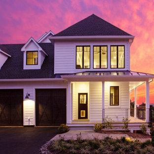Weißes Country Einfamilienhaus mit Misch-Dachdeckung in Washington, D.C.