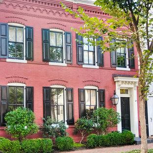 Idéer för ett mellanstort klassiskt rött hus, med två våningar och tegel