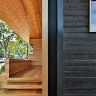 Стильный дизайн: маленький, одноэтажный, деревянный, черный дом в современном стиле с двускатной крышей - последний тренд