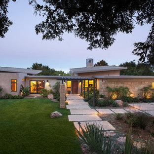 Foto de fachada beige, contemporánea, grande, con revestimientos combinados y tejado de un solo tendido