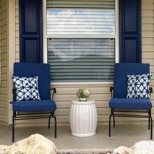 Small coastal exterior home idea in Orlando