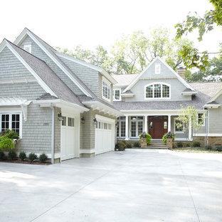Modelo de fachada de casa gris, clásica, grande, de dos plantas, con revestimiento de madera, tejado a dos aguas y tejado de teja de madera