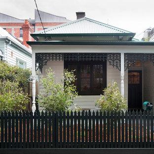 Diseño de fachada blanca, bohemia, pequeña, con tejado a cuatro aguas