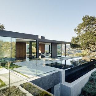 Einstöckiges, Graues Modernes Haus mit Glasfassade und Flachdach in Los Angeles