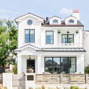 Idéer för ett stort lantligt vitt hus, med tre eller fler plan, sadeltak och tak i mixade material