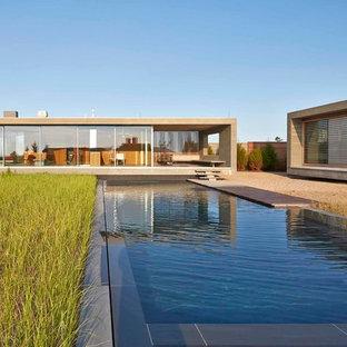 Modelo de fachada beige, minimalista, de una planta, con tejado plano