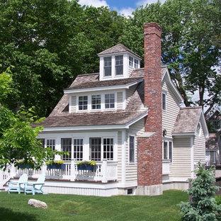 Inspiration för ett maritimt beige hus