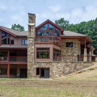 Modelo de fachada marrón, ecléctica, grande, de dos plantas, con revestimiento de aglomerado de cemento y tejado a dos aguas