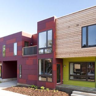 Immagine della facciata di un appartamento contemporaneo a due piani con rivestimenti misti