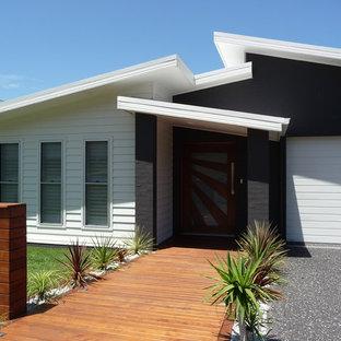Modelo de fachada blanca, marinera, de tamaño medio, a niveles, con revestimientos combinados
