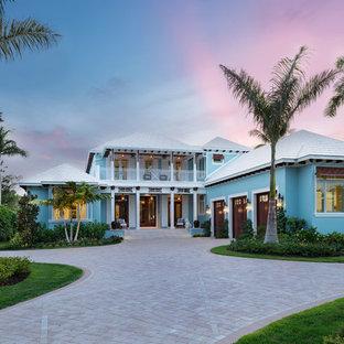 マイアミのビーチスタイルのおしゃれな家の外観 (青い外壁、白い屋根) の写真