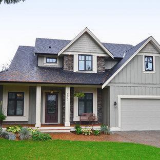 Foto de fachada verde, clásica, de tres plantas, con revestimientos combinados y tejado a dos aguas