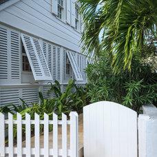 Tropical Exterior by Laura Hay DECOR & DESIGN Inc.