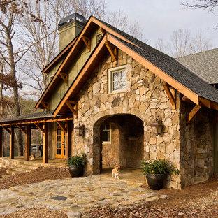 アトランタのラスティックスタイルのおしゃれな二階建ての家 (混合材サイディング、切妻屋根、戸建、板屋根) の写真