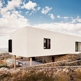 Создайте стильный интерьер: двухэтажный фасад частного дома белого цвета в стиле модернизм с комбинированной облицовкой и плоской крышей - последний тренд