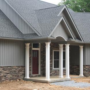 Idéer för att renovera ett stort amerikanskt grått hus, med allt i ett plan, valmat tak och tak i shingel