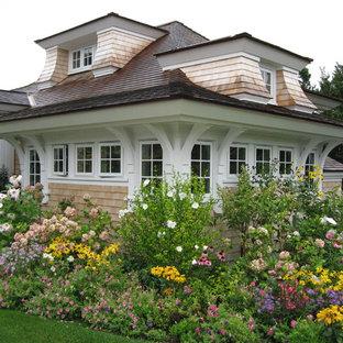 Esempio della facciata di una casa vittoriana con rivestimento in legno