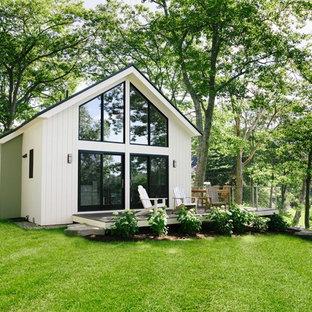 Kleines, Zweistöckiges, Weißes Landhausstil Tiny House mit Blechdach und Satteldach in Portland Maine