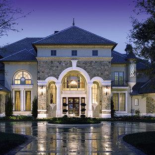 Ispirazione per la facciata di una casa grande grigia classica a tre piani con rivestimenti misti