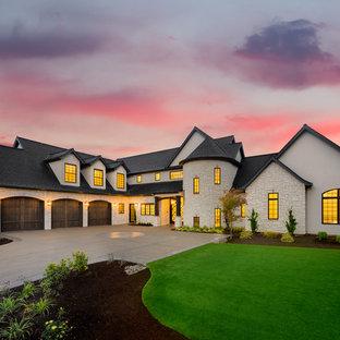 На фото: огромный, двухэтажный, белый дом в стиле современная классика с комбинированной облицовкой и двускатной крышей