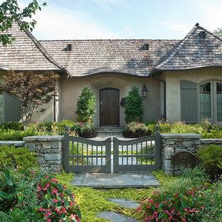 Неиссякаемый источник вдохновения для домашнего уюта: большой, одноэтажный, серый частный загородный дом в стиле шебби-шик с облицовкой из цементной штукатурки, вальмовой крышей и крышей из смешанных материалов