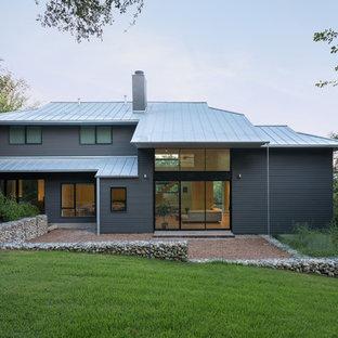 Zweistöckiges, Graues Modernes Einfamilienhaus mit Vinylfassade, Walmdach und Blechdach in Houston