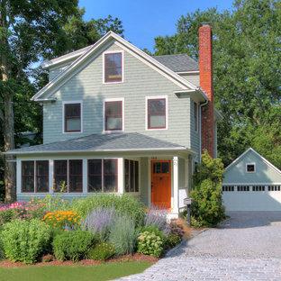 ブリッジポートの中くらいのトラディショナルスタイルのおしゃれな三階建ての家 (木材サイディング、緑の外壁) の写真