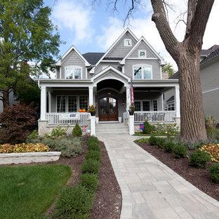 Diseño de fachada de casa gris, de estilo de casa de campo, de tamaño medio, de dos plantas, con revestimiento de vinilo, tejado a dos aguas y tejado de teja de madera