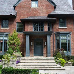 Modelo de fachada tradicional con revestimiento de ladrillo